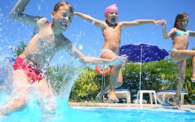 Kinder springen ins Wasser