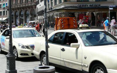 Taxi am Münchner Viktualienmarkt.