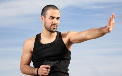 Krav Maga Kämpfer mit Waffe