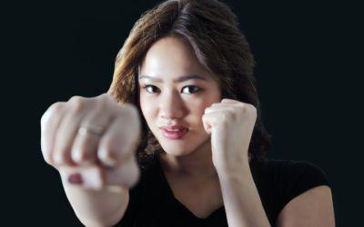 Frau übt Selbstverteidigung