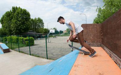 Skater auf Rampe im Funpark