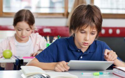 Schüler surft mit Tablet im Internet