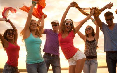Junge Menschen tanzen am See