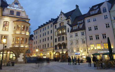 Das Hofbräuhaus und das Platzl bei Nacht
