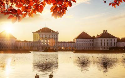 Ansicht von Schloss Nymphenburg im Herbst