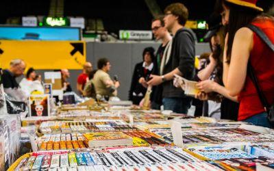Besucher durchstöbern Comics