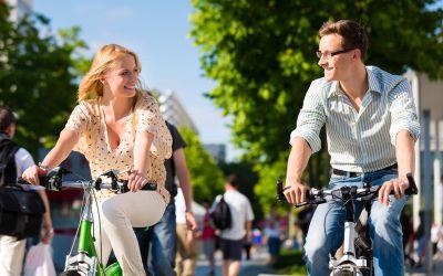 Pärchen in Stadt auf Fahrrad