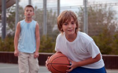 Zwei Jungen beim Basketball
