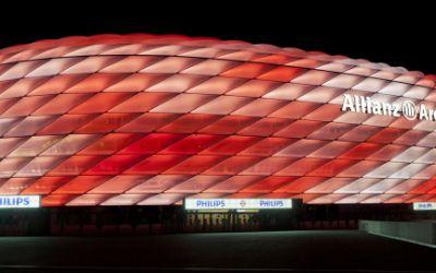 Die Allianz Arena leuchtet rot-weiß.