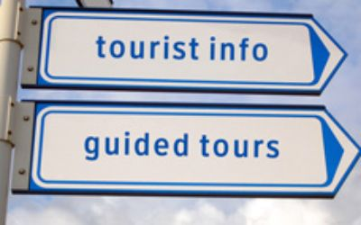 "Wegweiser mit den Worten ""tourist info"" und ""guided tours"""