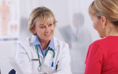 Frau bei Ärztin