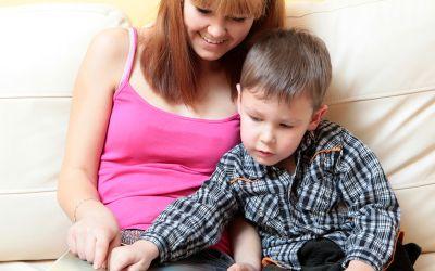 Mädchen und kleiner Junge schauen gemeinsam ein Buch an