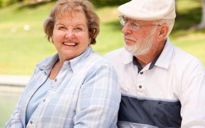Altes Ehepaar auf der Parkbank