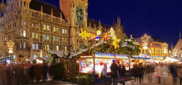 Der Christkindlmarkt auf dem Marienplatz vor erleuchtetem Rathaus