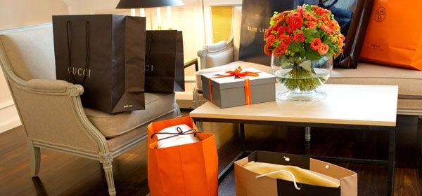 Einkaufstüten in Hotelsuite