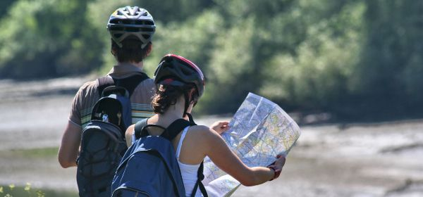 Radfahrer studieren Karte