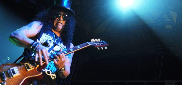 Slash von Guns N' Roses auf der Bühne.