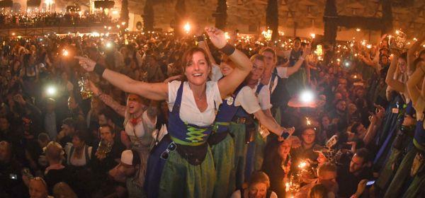 Bedienungen feiern zum Wiesn-Kehraus auf den Biertischen im Hofbräuzelt