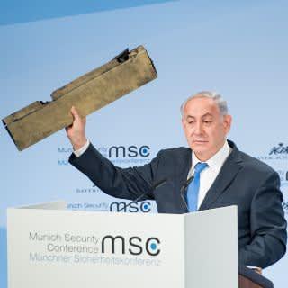 Israels Premier Benjamin Netanjahu präsentierte ein Trümmerteil einer abgeschossenen Drohne, die aus dem Iran stammen soll.