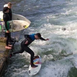 Surfen auf der Eisbachwelle im Englischen Garten