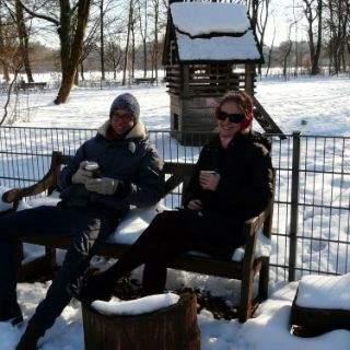 Bei traumhaftem Winterwetter mit strahlend blauem Himmel machen sich viele Münchner einen schönen Tag im Englischen Garten: Sonnenbaden, ein kühles Bier oder heißen Kaffee am Kleinhesseloher See trinken, mit den Kindern Schneemänner bauen, mit Freunden Fußball spielen, Langlaufen oder sich mit der Kutsche gemütlich durch die verschneite Landschaft schaukeln lassen – ein solchen grandiosen Wintertag genießt jeder auf seine Weise!