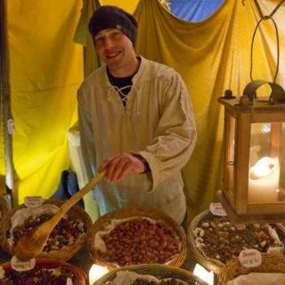 Der Mittelaltermarkt am Wittelsbacherplatz ist ein ganz besonderer Weihnachtsmarkt. Mit viel Feuer wird hier gekocht und eingeheizt, ob Bratwürste, Spanferkel, frisch geräucherter Fisch oder Flammkuchen. Dazu gibt es Glühwein aus Tonkrügen, mittelalterliche Live-Musik, Ritterrüstungen, Pelze, Schmuck und handgeblasene Christbaumkugeln. Hier ist die Zeit stehen geblieben und man kann endlich mal dem ganzen Weihnachtsstress entfliehen!
