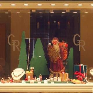 In der Vorweihnachtszeit verwandeln sich die vielen Schaufenster in der Innenstadt in regelrechte kleine Weihnachtszauberwelten: Ob klassisch, mit Sternen und Weihnachtskugeln, romantisch, mit Engeln und Schneemännern oder verspielt, mit Robotern und Stofftieren – Bei einem Bummel vorbei an den liebevoll dekorierten Schaufenstern kommt garantiert Weihnachtsstimmung auf!