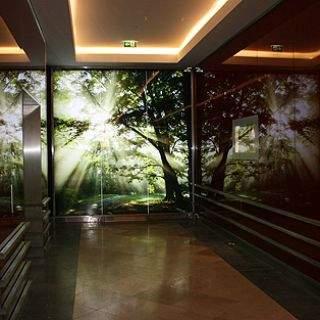 Neben den Aufzügen: Ein Ausblick auf natürliche Gartenlandschaften.