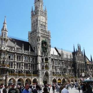 Unweit der Frauenkirche gelangt man ins urbane Herz der Stadt: Der Marienplatz mit dem Neuen Rathaus.