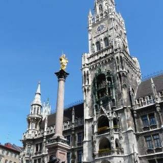 Der neugotische Bau wurde 1909 von Georg von Hauberisser fertiggestellt. Die Marienfigur, die dem Platz seinen Namen gibt, trohnt seit dem 17. Jahrhundert über dem belebten Zentrum.