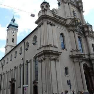 Hinter dem Alten Rathaus steht die Heilig Geist Kirche, eines der ältesten erhaltenen Kirchengebäude Münchens.