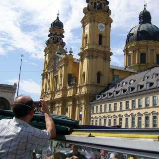 Der Odeonsplatz mit Feldherrenhalle und Theatinerkirche gibt ein attraktives Fotomotiv ab...