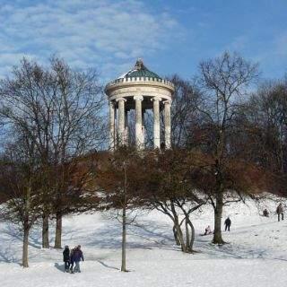 Auf einem Hügel im Englischen Garten steht der Monopteros, ein 16 Meter hoher griechischer Rundtempel von Leo von Klenze. Das Gefälle unterhalb des Rundtempels bringt im Winter für Rodelspaß für Groß und Klein.