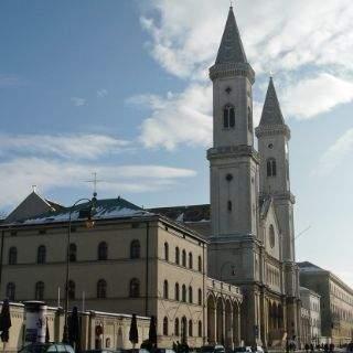 Die Ludwigskirche, ein Monumentalkirchenbau im Rundbogenstil, befindet sich in der Ludwigstraße, gegenüber des Beginns der Schellingstraße in der Maxvorstadt. Auf dem Dach lassen sich unter der Schneedecke die prachtvollen, 2009 erneuerten Mosaikziegel erkennen.
