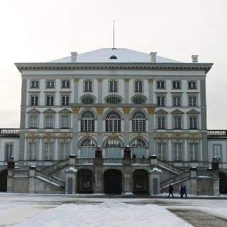 ...das Schloss gehört zu den größten Schlossanlagen Europas: In dem weitläufigen Landschaftsgarten lassen sich weitere architektonische Schmuckstücke wie kleine Burgen, versteckte Skulpturen, malerische Wasserläufe und Seen entdecken.