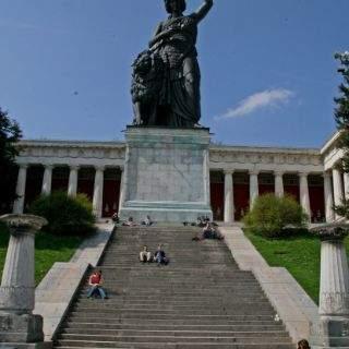 Bildhauer Ludwig Schwanthaler und Erzgießer Johann B. Stiglmaier stellten die imposante Skulpur nach Entwürfen von Leo von Klenze her.