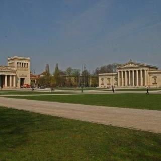 Der Königsplatz wurde 1817  im Auftrag von König Ludwig I. von Leo von Klenze entworfen.