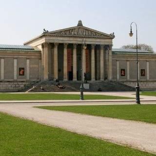 Gegenüber der Glyptothek steht das Gebäude der Staatlichen Antikensammlung im korinthischen Stil. Es beherbergt Kunstwerke der Etrusker, Griechen und Römer.