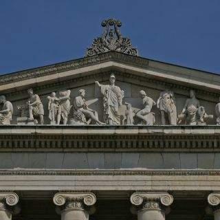 Auf dem Giebel der Glyptothek ist Athene als Beschützerin der plastischen Künste dargestellt.