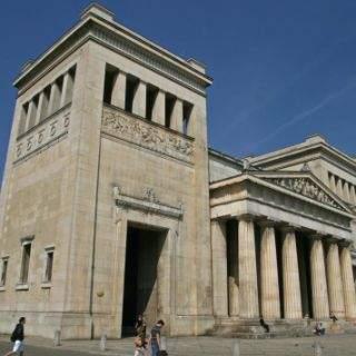 Die dorischen Propyläen sind dem Athener Vorbild nachempfunden.