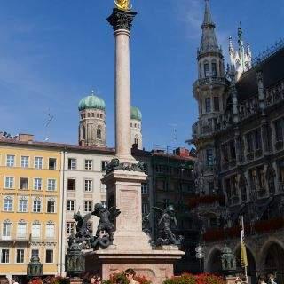 Die Mariensäule in der Mitte des Platzes: die Gottesmutter wird als Schutzheilige Bayerns (Patrona Bavariae) verehrt.