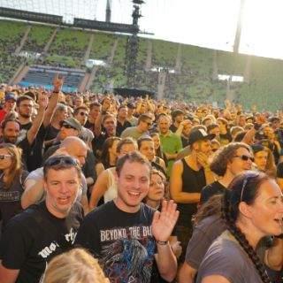Publikum und Sonne strahlen um die Wette