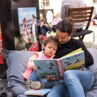 Münchner genießen Lektüre im Freien