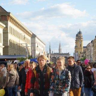 Zehntausende genießen es, in Flaniermeile unterwegs zu sein