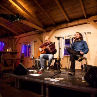 Eine Hütte leuchtet vorm Gasteig: So schön ist die Winteralm