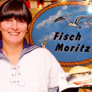 Dame am Stand Fisch Moritz auf dem Hamburger Fischmarkt