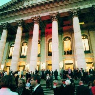 Das Nationaltheater am Max-Joseph-Platz wurde 1818 eröffnet. Ein Brand im Jahr 1823 zerstörte das Haus bis auf die Grundmauern, worauf es nach den Plänen von Leo von Klenze wieder aufgebaut und Anfang 1825 wiedereröffnet wurde.