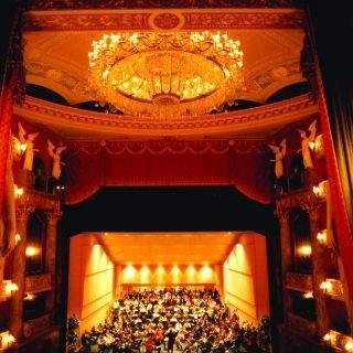 Der Blick von der Königsloge auf die 2500 qm größe Bühne des Nationaltheaters.
