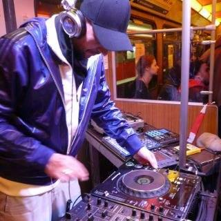 Für den passenden Sound im Untergrund sorgte der Münchner DJ Rayl Patzak mit wuchtigen Elektro-Beats gemixt mit poetischen Elementen.
