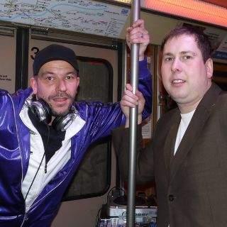 Der Münchner DJ begleitete den Moderator Ko Bylanzky (rechts) durch den Abend im Slam Train. Zusammen richtet das Duo seit Jahren die europaweit größten Poetry Slam-Veranstaltungen im Substanz aus.